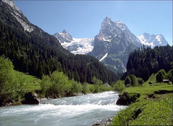 гор река